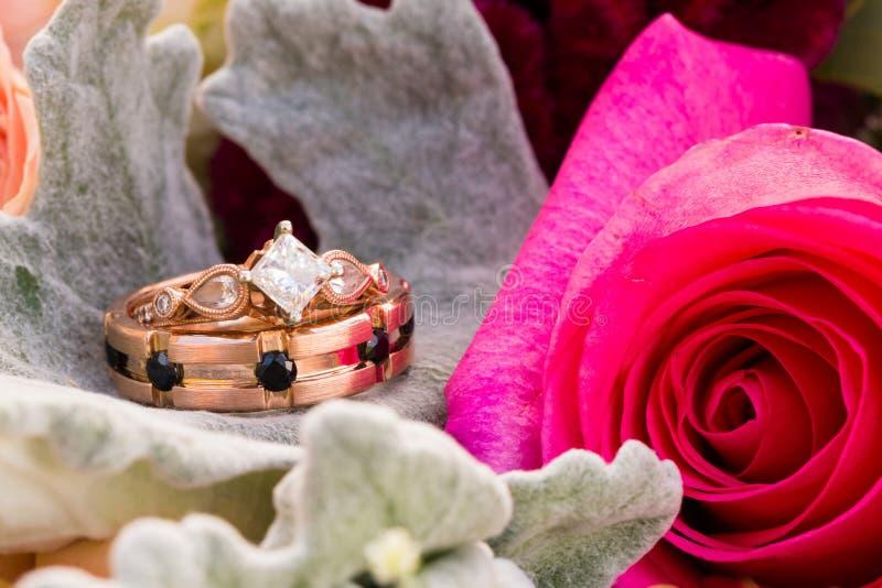 Zwyczaj obrączek ślubnych Różana Złocista biżuteria obraz royalty free