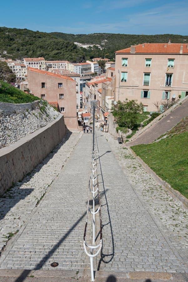 Zwyczajna ulica w Korsykańskim miasteczku przybrzeżnym Bonifacio obrazy stock