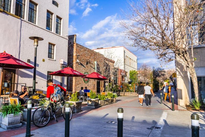 Zwyczajna ulica wykładał up z kawiarniami, Pasadena obraz stock