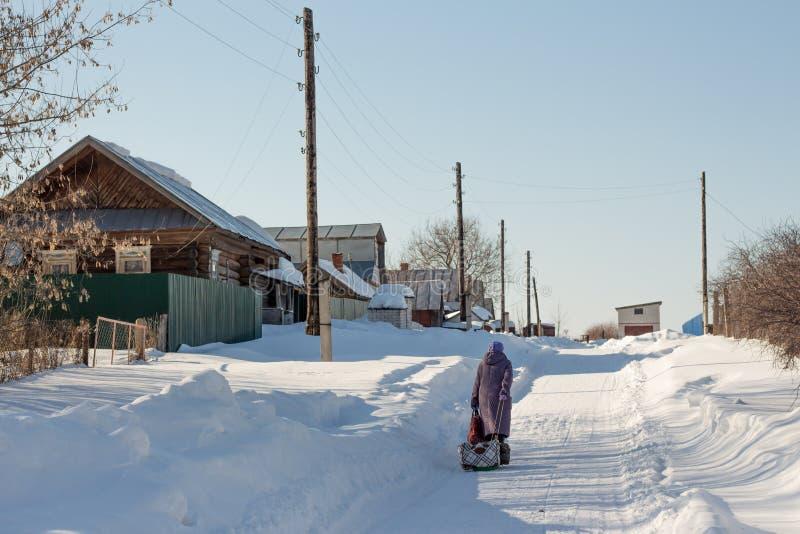 Zwyczajna zimy wioski ulica w Rosyjskim głębie lądu zdjęcia stock