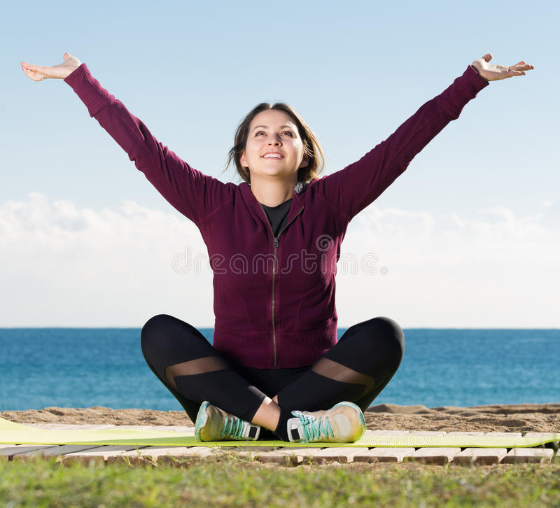 Zwyczajnej młodej kobiety stażowy joga zdjęcia stock