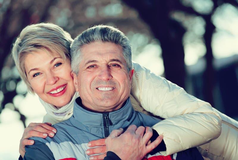 Zwyczajny mąż i żona odpoczywa wpólnie fotografia stock