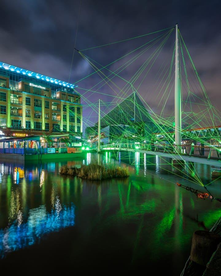 _zwyczajny most i budynek przy the Wewn?trzny Schronienie przy noc, w Baltimore, Maryland fotografia royalty free