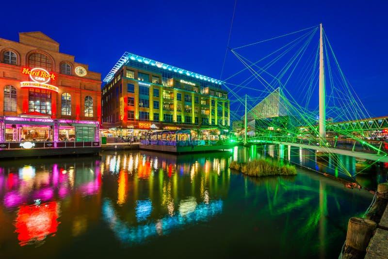 _zwyczajny most i budynek przy the Wewn?trzny Schronienie przy noc, w Baltimore, Maryland obrazy stock
