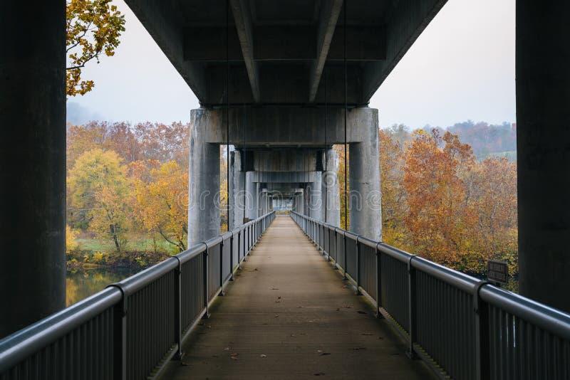 _zwyczajny most nad the James River, na the B??kitny Gra? Parkway w Virginia zdjęcia stock