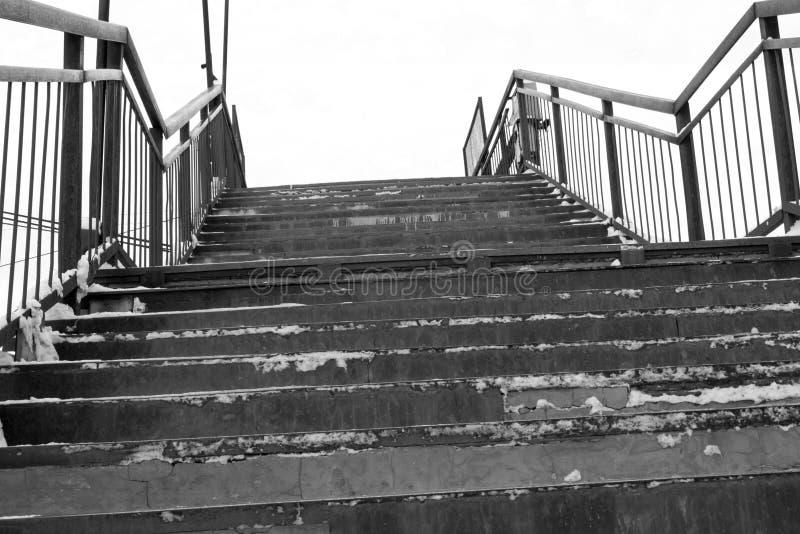 Zwyczajny most nad kolej? Schodki czarny white zdjęcia stock