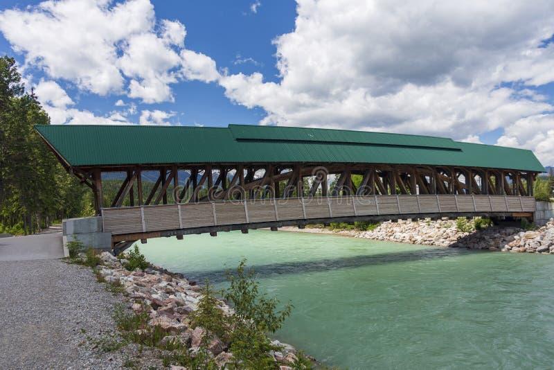Zwyczajny most nad kopanie konia rzeką zdjęcia royalty free