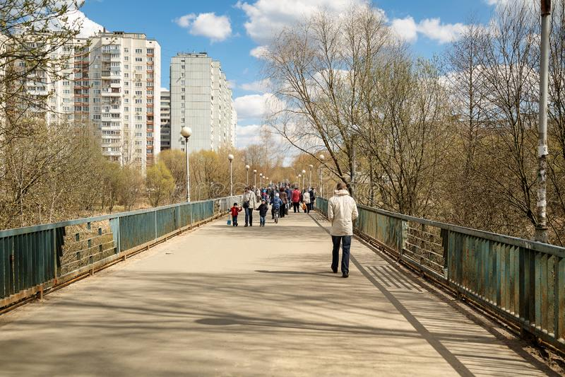 Zwyczajny most nad rzecznym Pekhorka na pogodnym wiosna dniu Balashikha, Rosja obraz royalty free