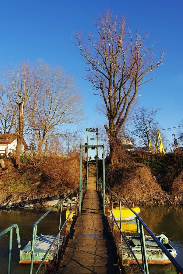 Zwyczajny pontonowy most nad Mures rzeką w jesieni zdjęcie stock