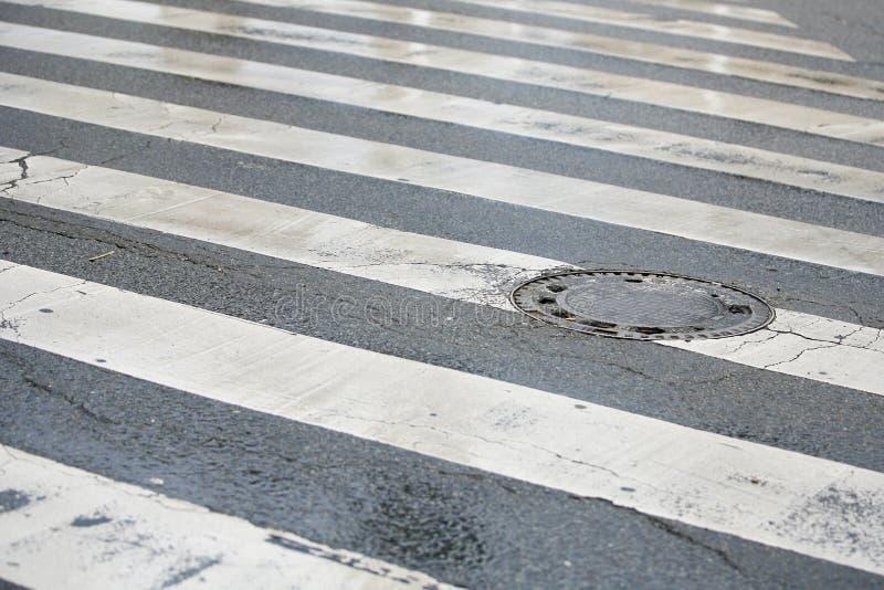 Zwyczajny skrzyżowanie i ścieku Manhole pokrywa fotografia stock