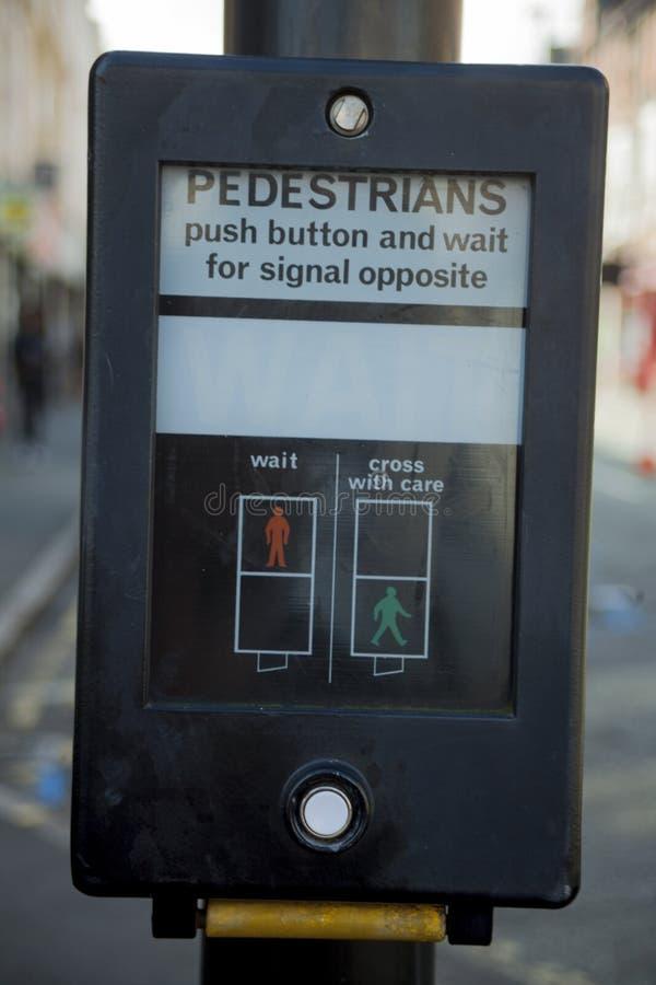 Zwyczajny skrzy?owanie ruchu drogowego Przerwy ?wiat?o na UK zwyczajnym skrzy?owaniu zdjęcia royalty free