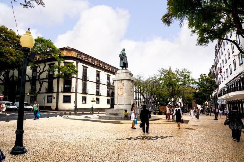 Zwyczajny teren w Drzewnych Prążkowanych Głównych zakupy ulicach w Funchal maderze Portugalia zdjęcia royalty free