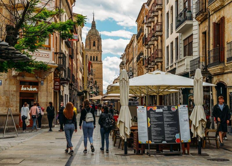 Zwyczajny uliczny prowadzić Stara katedra w historycznym centre Salamanca, Castilla y Leon, Hiszpania - UNESCO fotografia stock