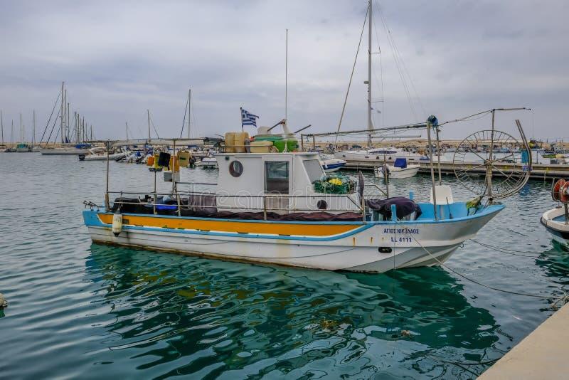 Zygi, Chipre - 16 de junio de 2018: Vista lateral de un solo barco de pesca auténtico que se amarra en el habor en Zygi imagenes de archivo