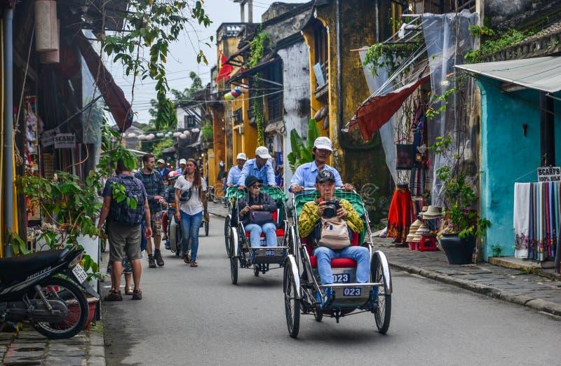 Zyklo tragende Touristen auf Hauptstraße stockbild
