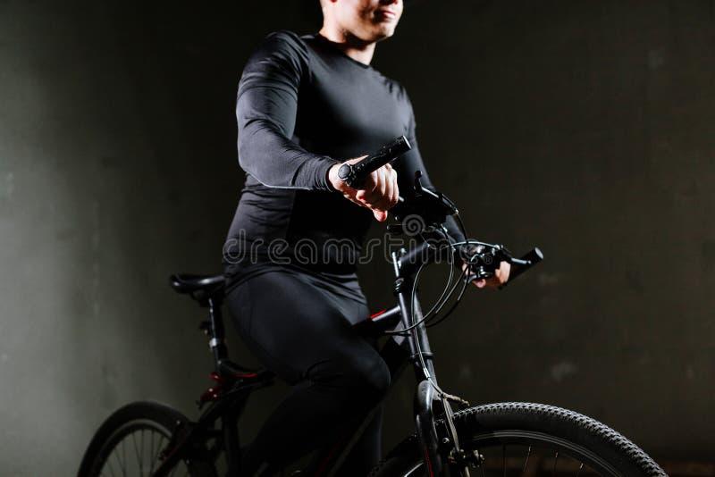 Zyklusmann mit Fahrrad zuhause stockbilder