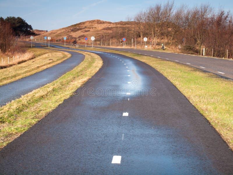 Zyklusweg durch Dünenlandschaft lizenzfreie stockbilder