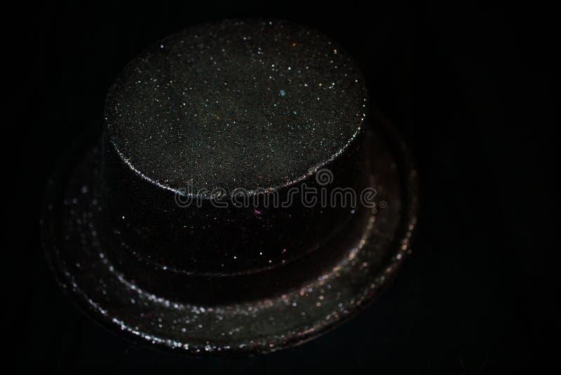 Zylinder auf schwarzem Hintergrund, neues Jahr ` s Eve stockbild