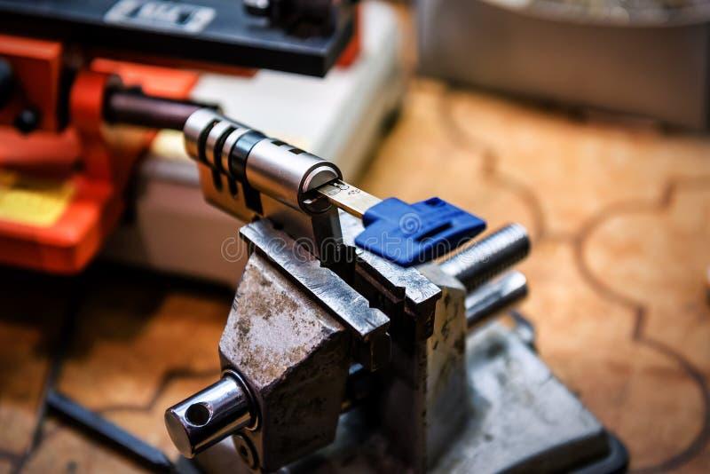 Zylinder mit Schlüsseln in der Kupplung lizenzfreie stockfotografie
