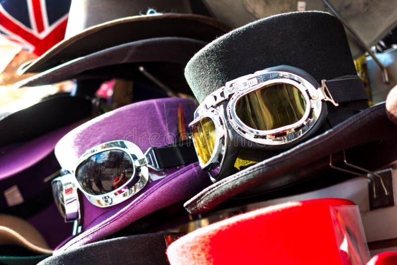 Zylinder mit Skischutzbrillen stockbild