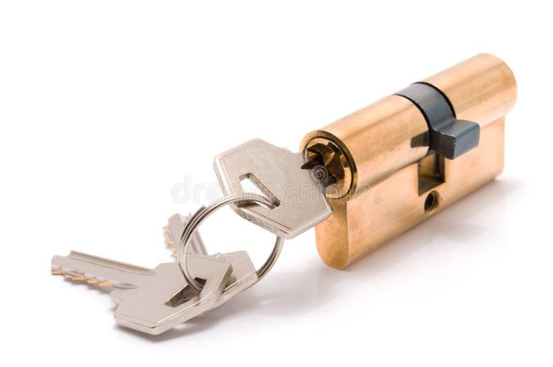 Zylinderschloß mit Schlüsseln lokalisiert lizenzfreie stockfotos