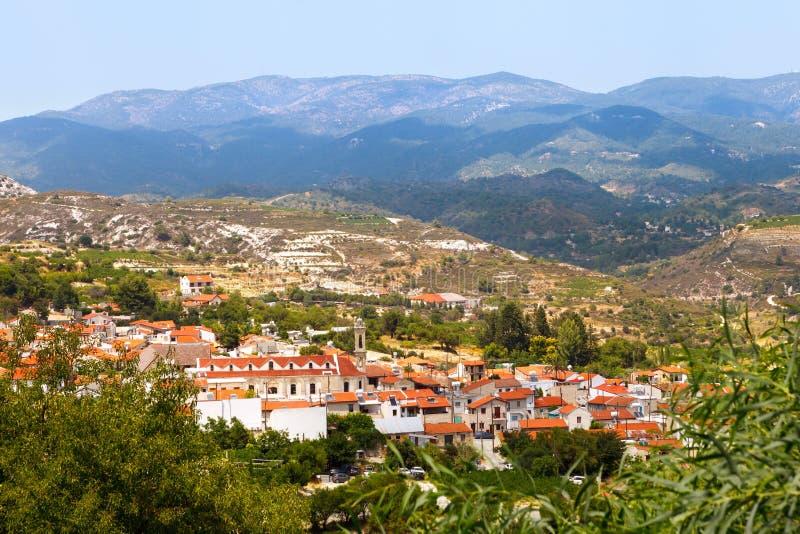 Zypern, Ansicht zum Dorf von Omodos ist das Kloster des heiligen Kreuzes und der Troodos-Berge lizenzfreie stockfotos