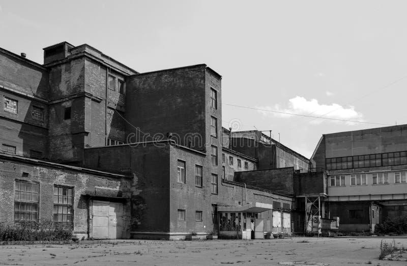 Zypriotische Gebäude einer alten Fabrik des sowjetischen Zeitraums einfarbiges Bild lizenzfreie stockbilder