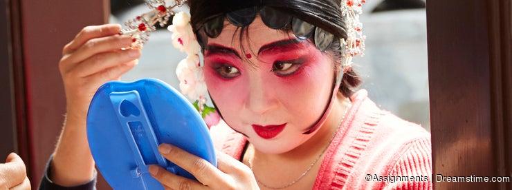 Beijing opera actress makeup and comb hair