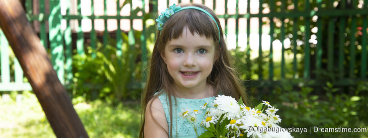 Little girl portrait with with a bouquet of daisies