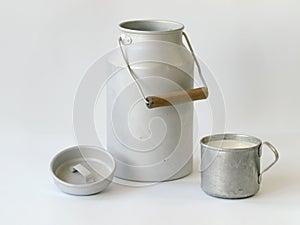 Antiker Milchkrug und -becher