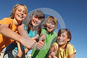 Crianças Felizes Nos Polegares Do Acampamento De Verão Acima Imagens De Stock