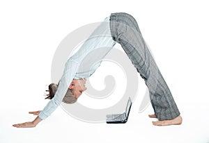 Flexibles Kursteilnehmermädchen, das mit Computer arbeitet