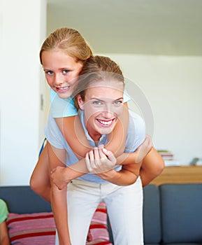 كيف تخترقين خجل ابنتكِ المراهقة ؟ huckepack-tragen-mut