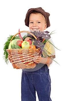 Kleiner Junge mit Korb des Gemüses