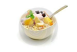 Muesli mit dem Fruchtsalat getrennt