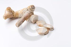 Wurzel und Schnitte des chinesischen Ingwers