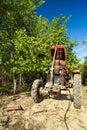 Älterer Landwirt, der seinen Traktor repariert Stockbilder