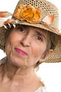 Åldrig hög kvinna för skönhet med sommarhatten Arkivfoton