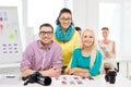 équipe de sourire avec les photos imprimées fonctionnant dans le bureau Image libre de droits