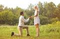 équipez donner une femme d anneau amour couple date épousant concept Photos libres de droits