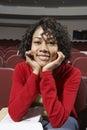 étudiant universitaire féminin in empty classroom Photos libres de droits