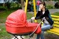 ðœother z dziecko frachtem na ławce w parku Fotografia Stock