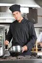 überzeugter chef preparing food Lizenzfreie Stockfotos