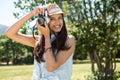 ładna brunetka używać retro kamerę Obraz Royalty Free