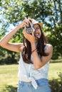 ładna brunetka używać retro kamerę Obrazy Royalty Free