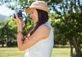 ładna brunetka używać retro kamerę Zdjęcia Stock