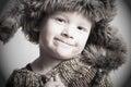 śmieszny uśmiechnięty dziecko w futerka hat fashion winter style little chłopiec Obraz Stock