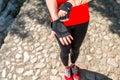 αθ ήτρια που βάζει στα γάντια Στοκ Φωτογραφία