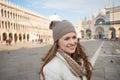ευτυχής νέα γυναίκα στην π ατεία san marco που έχει το χρόνο  ιασκέ ασης Στοκ φωτογραφίες με δικαίωμα ελεύθερης χρήσης