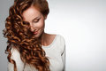 Κόκκινο τρίχωμα. Γυναίκα με το όμορφο σγουρό τρίχωμα Στοκ Εικόνες